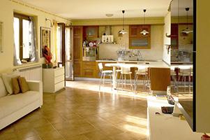 Salone con cucina dell'Appartamento Vacanza Casa Dolce Casa di Palazzo di Assisi